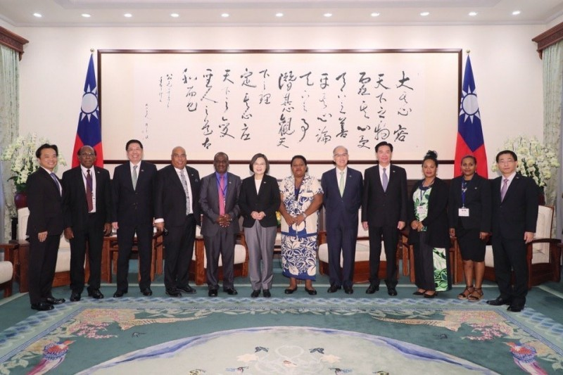 我太平洋友邦索羅門群島外交部長馬內列(Jeremiah Manele)正訪問台灣,外交部長吳釗燮今上午陪同馬內列一行人,晉見蔡總統。(取自外交部推特)