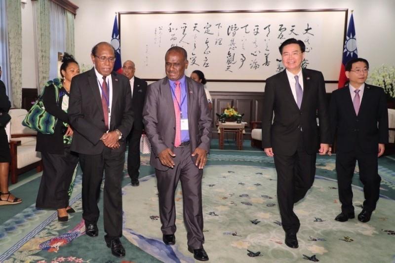 外交部長吳釗燮今上午陪同馬內列一行人,晉見蔡總統。(取自外交部推特)