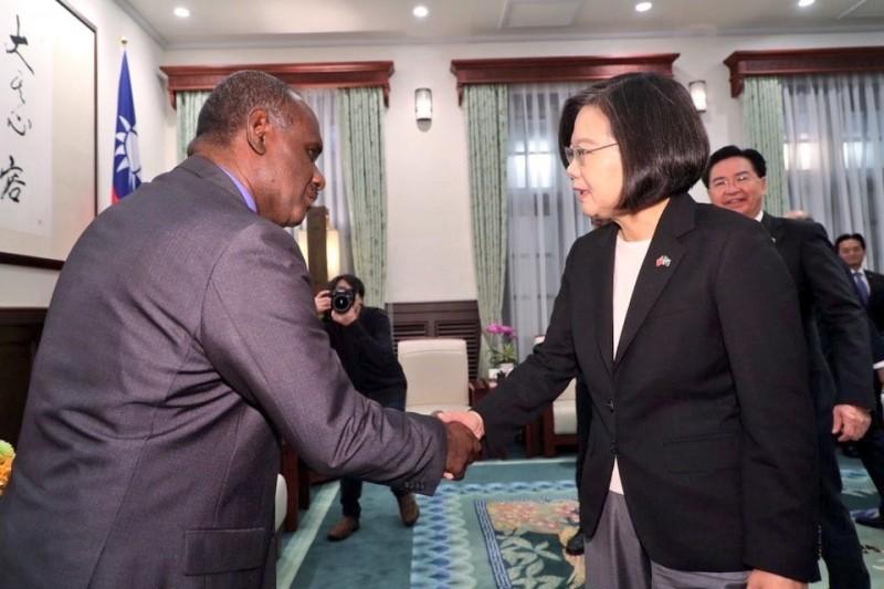 蔡總統今會見我太平洋友邦索羅門群島外交部長馬內列(Jeremiah Manele)。(取自外交部推特)