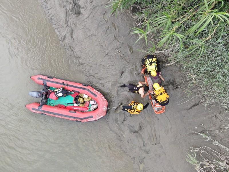 雲林北港溪高灘地今天發生落水意外,雲林縣消防局出動空拍機及時發現落水者地點搶救送醫,落水婦人目前生命跡象穩定。(記者黃淑莉翻攝)