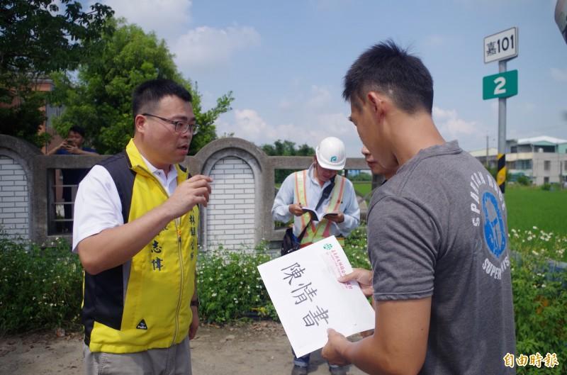 嘉義縣大林鎮長簡志偉(左)代表湖北里、三和里等鎮民送陳情書,縣府經發處開發科承辦人員代表接受。(記者王善嬿攝)