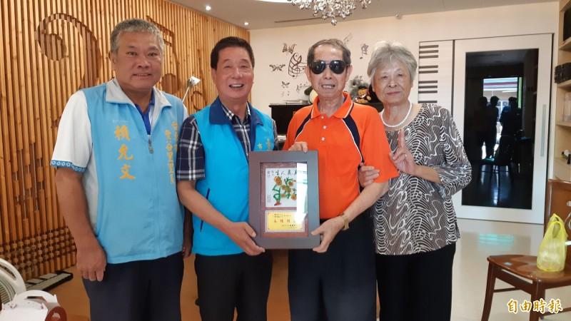 台東市民陳元仁與黃秀蓮這對老夫妻,結婚60年,市長張國洲(左2)會同豐谷里長賴允文頒贈鑽石婚獎牌。 (記者黃明堂攝)