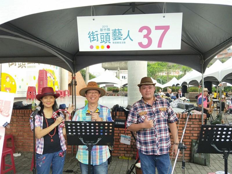 下週要上任的新竹縣政府文化局新任局長田昭容(左)私下就很愛好藝文表演,上週六才跟同好合組「竹風飛颺」報考團體組的街頭藝人,她負責節奏樂器的演出。(圖由竹風飛颺樂團提供)