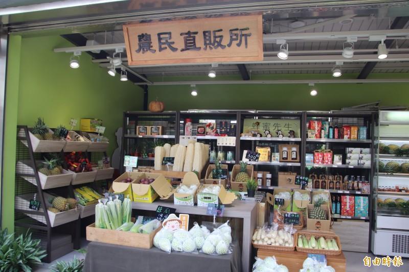 國道3號關西服務區內新闢的「農民直販所」專門提供全台各地的農產好物。(記者黃美珠攝)