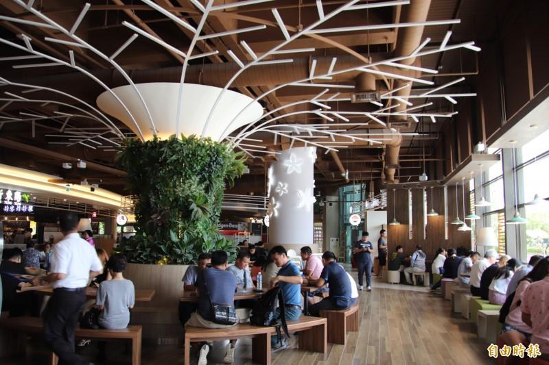 國道3號關西服務區內的用餐環境,動線寬敞,簡潔的桐花、樹造型,讓人自然而然輕鬆起來。(記者黃美珠攝)