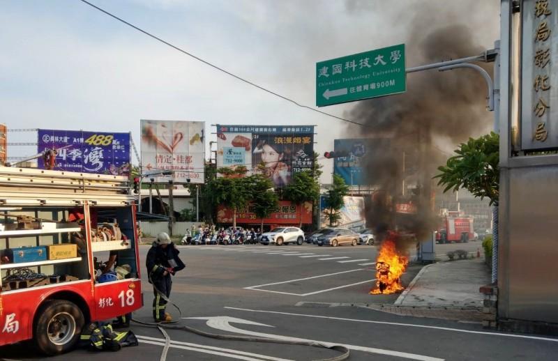 消防人員趕抵火燒車現場,電動自行車已燒成火球。(圖民眾提供)