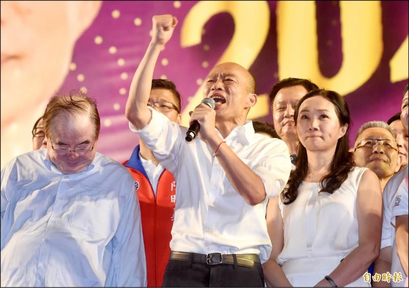 國民黨總統參選人韓國瑜昨在新北市三重區舉行造勢大會,他要求支持者對黑韓的言論反嗆「他奶奶的」,說到激動處更怒嗆:「放馬過來,恁爸等你!」 (記者簡榮豐攝)
