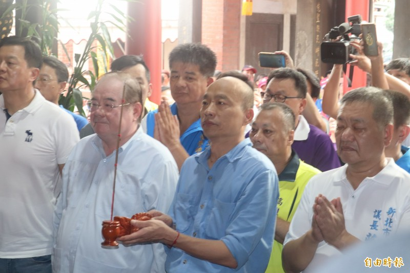 韓國瑜昨天參訪先嗇宮,不料將匾額說成「ㄇㄨˋ碑」,引發網友不滿。(資料照)
