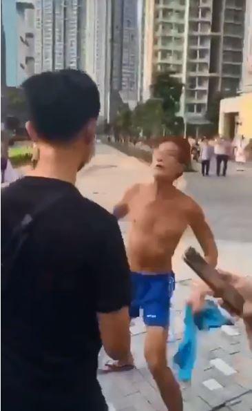 今早文理書院的人鏈活動發生一起襲擊事件,一名赤裸上身的男子持刀爭吵,過程中導致一名教師輕傷。(圖片擷取自Youtube影片)