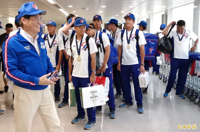 U18世界盃棒球賽冠軍台灣隊今日載譽歸國,體育署長高俊雄(左)前往機場迎接。(記者姚介修攝)