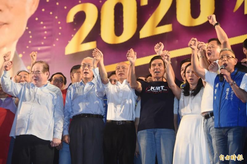前總統馬英九(右三)演講被噓後還高舉韓國瑜的手(左三),徐巧芯解釋:馬英九是盡最大努力促進團結。(資料照)