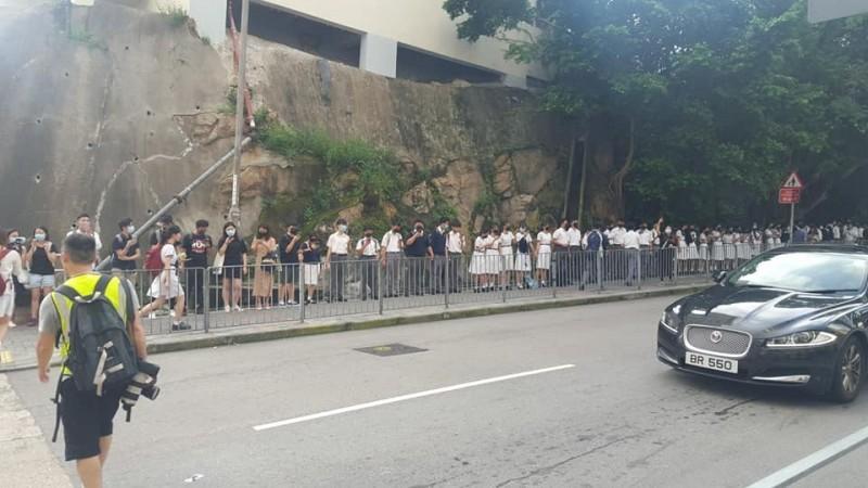 香港一早中學生即築長長人鏈。圖為何文田區聯校人鏈盛況。(圖擷取自《香港突發事故報料區》臉書)