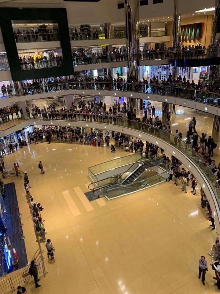 有上百名香港人響應號召,至位於香港太子的太古城中心喊口號,高唱《願榮光歸香港》。(圖擷取自TG_抗爭前線戰況直擊)