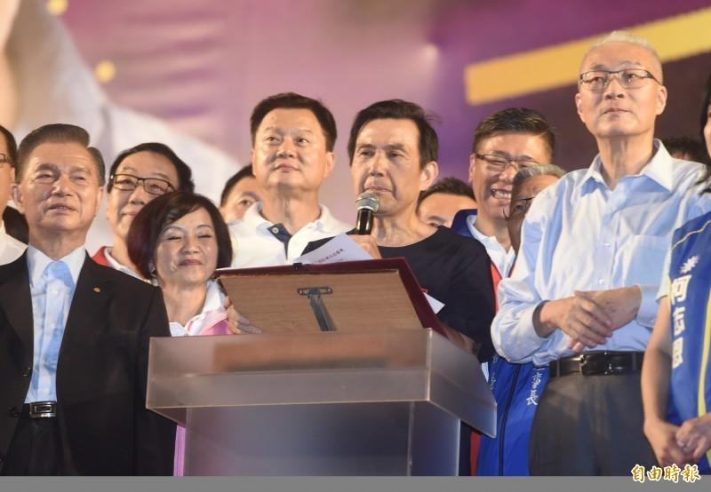 前總統馬英九(中)8日應邀在國民黨總統參選人韓國瑜新北三重造勢晚會致詞,講到一半,卻因韓國瑜剛好大進場,台下韓粉鼓譟,致詞被迫中斷。(資料照)