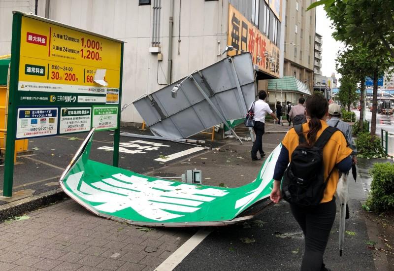 今年第15號颱風法西直撲日本,颱風中心於今清晨在千葉市登陸,在當地造成強降雨,日媒報導指出,截至今晨包含千葉、神奈專、靜岡等縣共有超過93萬戶停電,(路透)