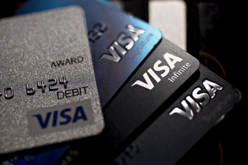 犯嫌趁著幫顧客結帳時記下信用卡資訊,將信用卡用於盜刷。圖為示意圖。(彭博)