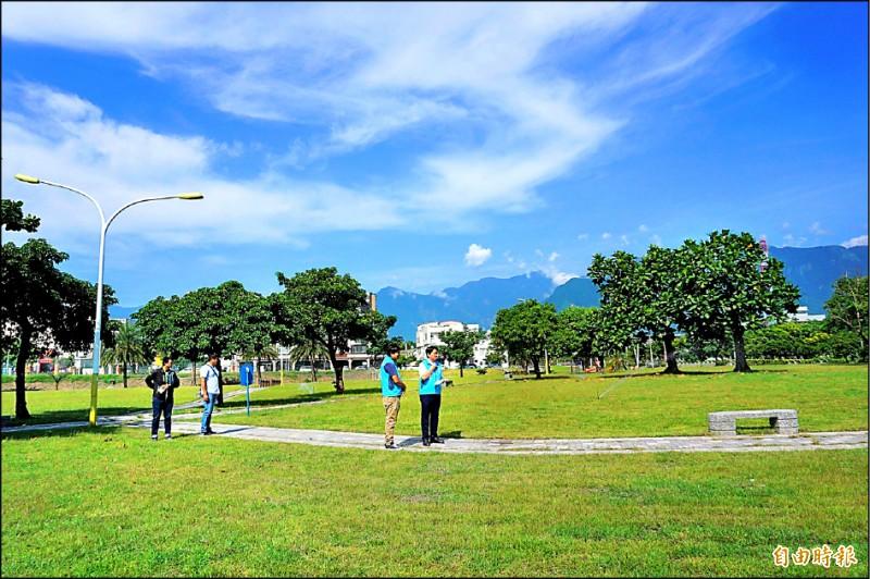花蓮市公所爭取經費補助,在大本運動公園施作運動草皮。(記者王錦義攝)