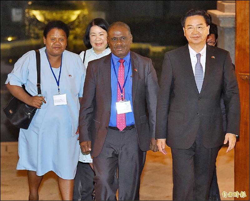 外交部長吳釗燮(右)與馬內列(右二)昨晚共同召開記者會,說明兩國關係緊密友好。  (記者朱沛雄攝)