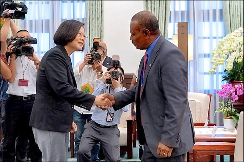 蔡英文總統昨接見索羅門群島外交暨對外貿易部長馬內列(右),她表示希望提升兩國的雙邊關係,也期盼索羅門群島在國際上繼續大力支持台灣。(取自總統府官網)