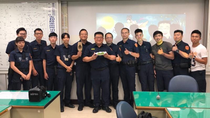 台北市警大安分局長周煥興巧思製作大安柚月餅,分送所有員警。(記者姚岳宏翻攝)