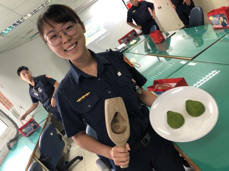 有員警表示柚月餅圓圓胖胖的很像分局長周煥興。(記者姚岳宏翻攝)