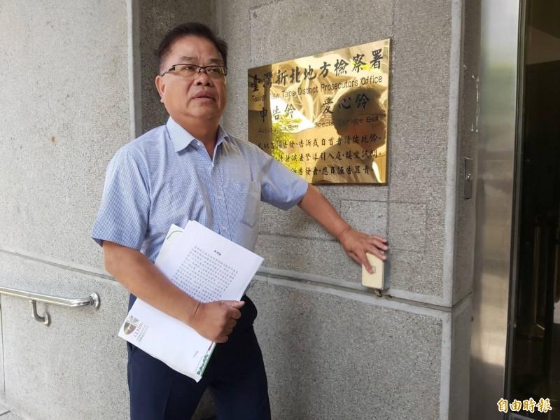 前新北市議員廖本煙到新北檢按鈴控告新北市議員林金結加重誹謗罪。(記者陳慰慈攝)