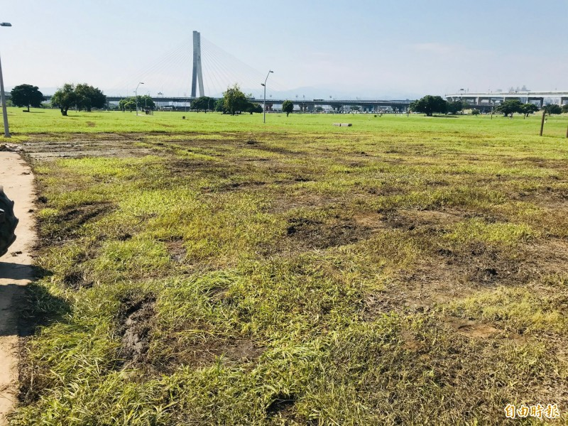 草地遭破壞較嚴重的主舞台範圍,必須翻鬆土讓後新植草皮。(記者陳心瑜攝)