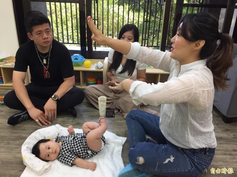 活動現場也找來嬰幼兒按摩師指導家長們幫寶寶按摩。(記者邱書昱攝)