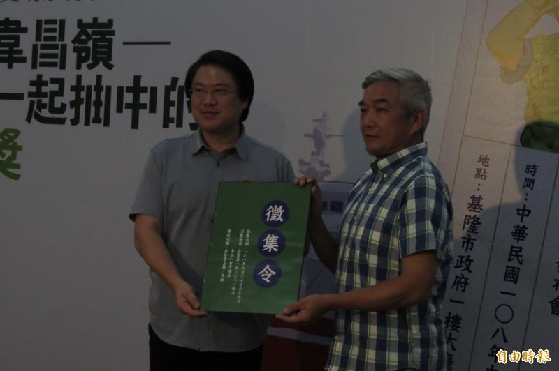 基隆市長林右昌(左)發出重返韋昌嶺徵集令,由曾在馬祖東引當兵的美食節目主持人焦志方(右)接下。(記者俞肇福攝)
