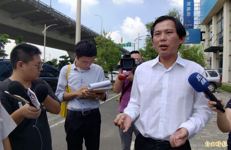 時代力量立委黃國昌(右)南下台中,抨擊政府縱容家具業者違法經營。(記者張菁雅攝)