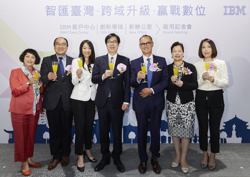 行政院副院長陳其邁、IBM大中華區總裁包卓藍Alain Bénichou、台灣IBM 總經理高璐華,與各界貴賓共同宣布台灣IBM客戶中心和IBM創新場域正式啟用。(IBM提供)