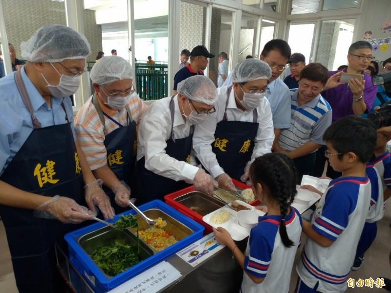 台北市長柯文哲(左一)到健康國小視察有機營養午餐,並換裝幫小學生打菜。(記者蔡亞樺攝)
