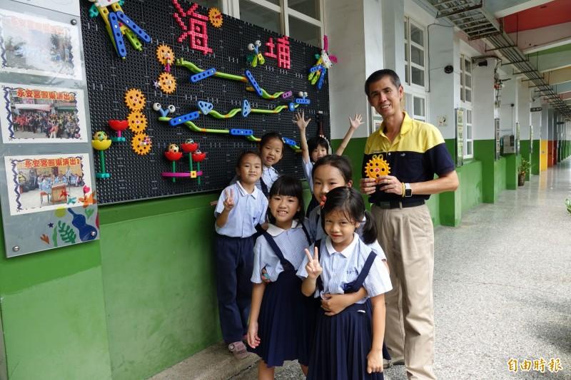鹿港海埔國小全新的積木牆,就在一樓走廊,校長施榕鑫歡迎親子天天來玩。(記者劉曉欣攝)
