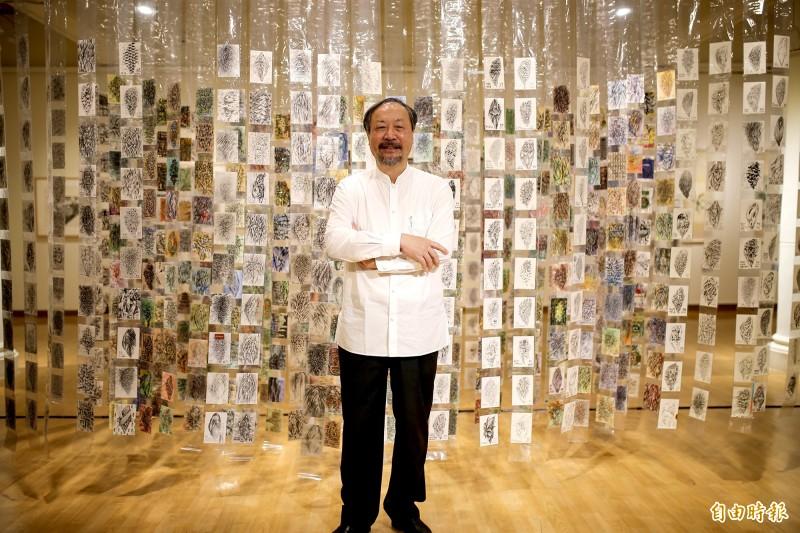 屏東東港出生的林磐聳,過去10多年來持續用明信片書寫台灣家書,即日起在屏東美術館展出系列最品。(記者邱芷柔攝)