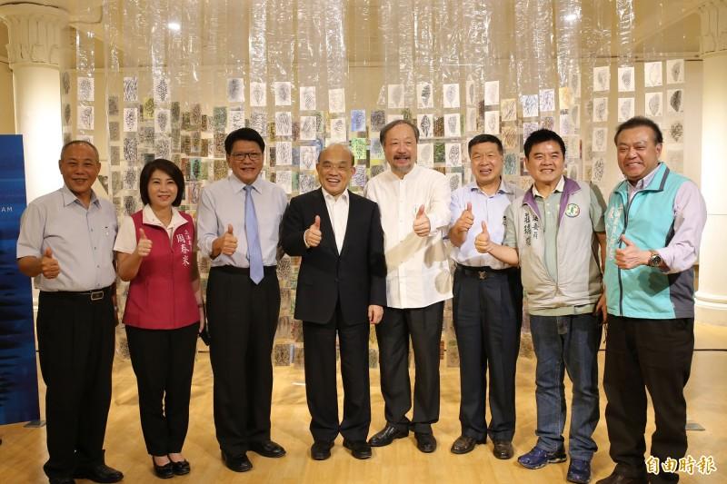 過去10多年來林磐聳持續用明信片書寫台灣家書,每一張上面畫的都是台灣,吸引行政院長蘇貞昌到場支持。(記者邱芷柔攝)