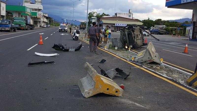 瑞北加油站前今天下午4點多發生翻車事故,造成2人受傷。(翻攝臉書「花蓮瑞穗水尾人」社團)