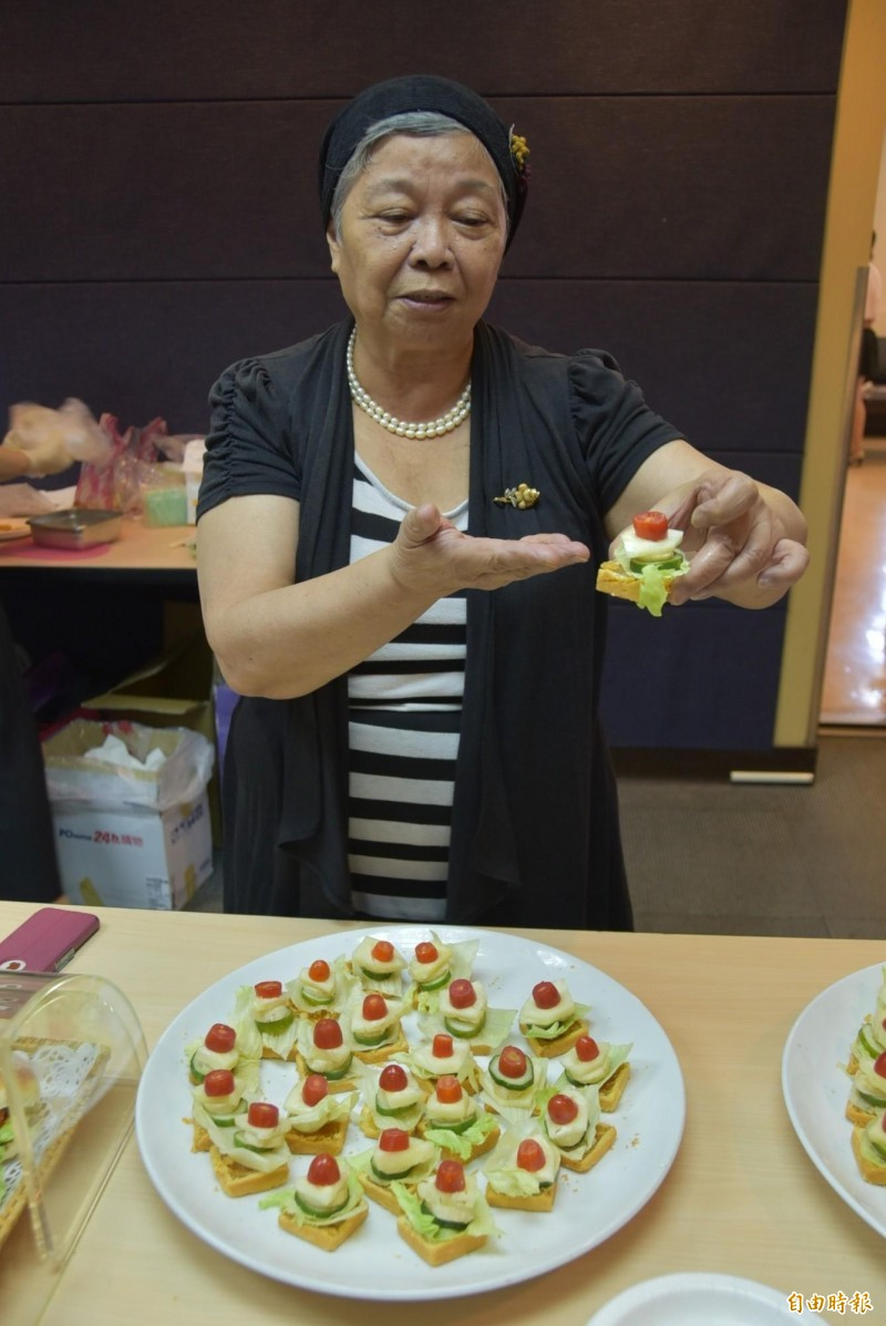 華梵特聘講座教授楊玲玲呼籲,中秋月餅熱量高,可分切並搭配高纖蔬果做成派對小點心,降低熱量又能享受美食。(記者吳柏軒攝)