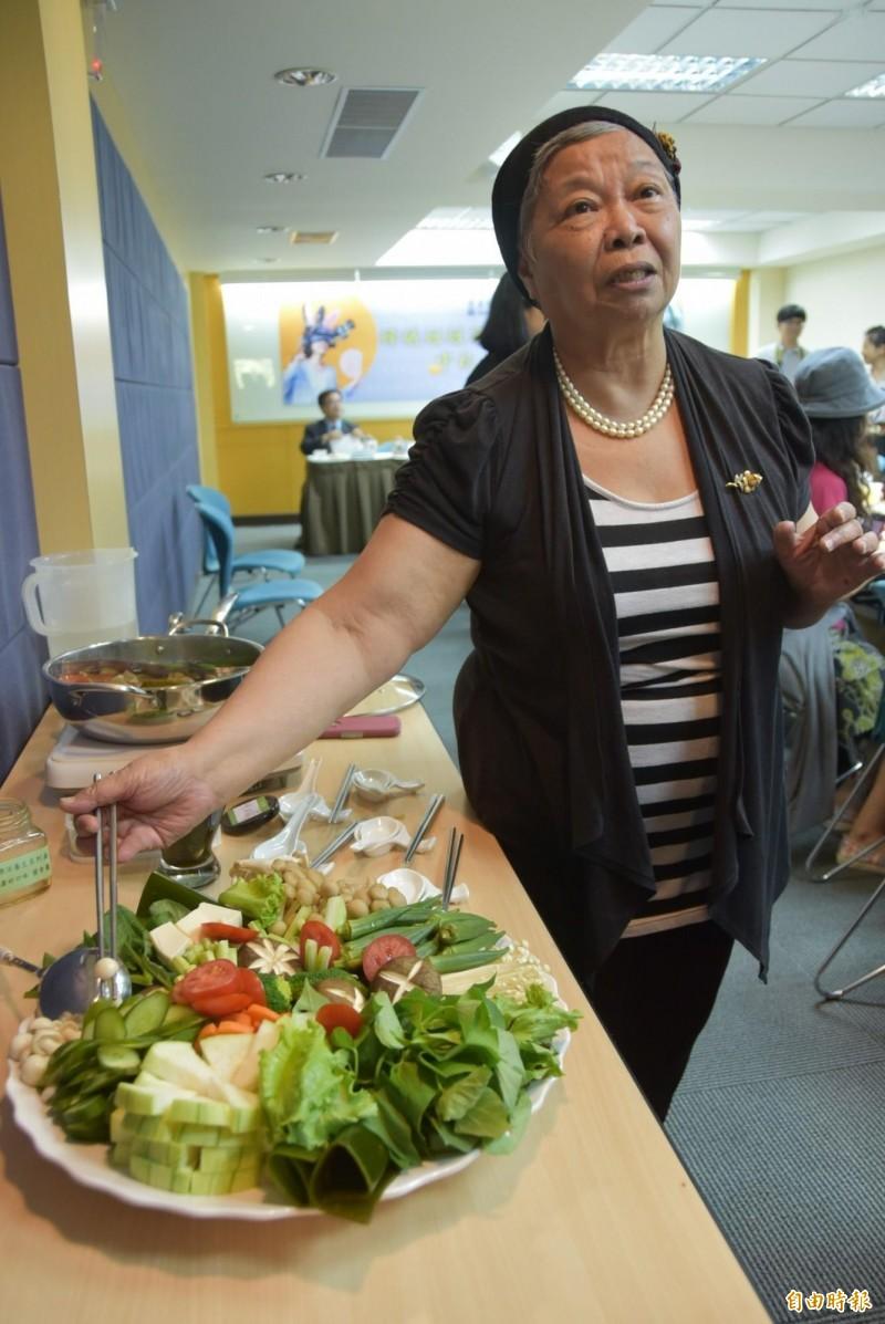 華梵大學楊玲玲希望,中秋別吃太多烤肉,可改養生涮涮鍋,並多吃高纖、高鈣的天然食物,達到健康均衡飲食。(記者吳柏軒攝)