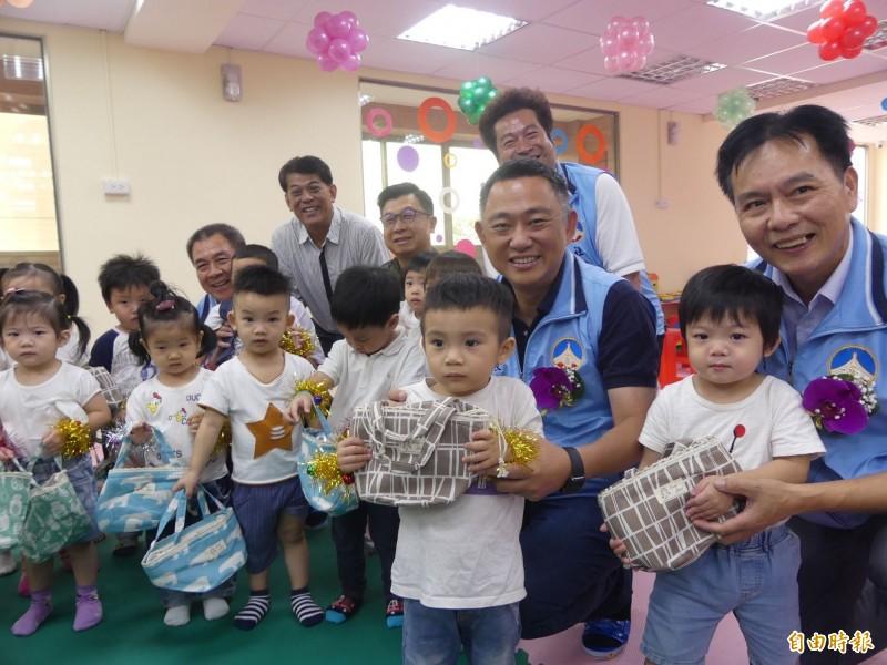 金門第1家公辦民營托嬰中心揭牌,縣長楊鎮浯(二排右二)等人前往與小朋友同樂。(記者吳正庭攝)