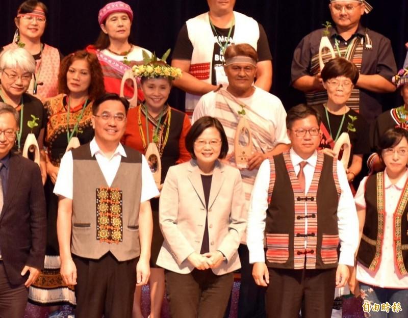蔡英文(前排中)今到桃園出席原住民族文化健康站計畫負責人研習營,頒獎表揚優等文健站。(記者李容萍攝)