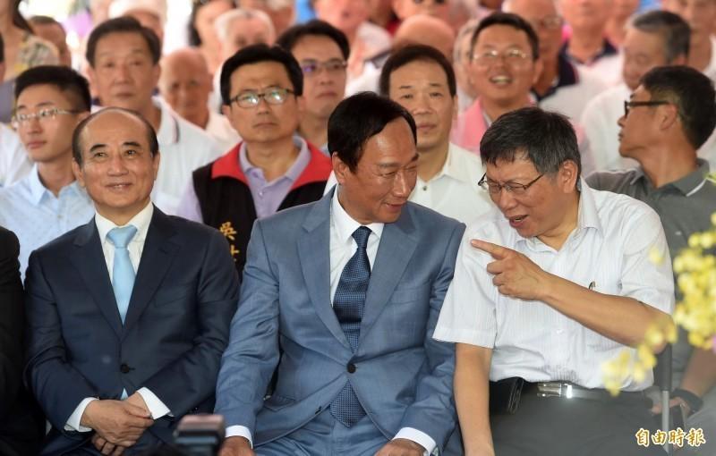 鴻海集團創辦人郭台銘(圖中)與台北市長柯文哲(圖右),今上午6點將到新竹城隍廟參拜,這也是2人自8月23日同台後第二次同框。(資料照)