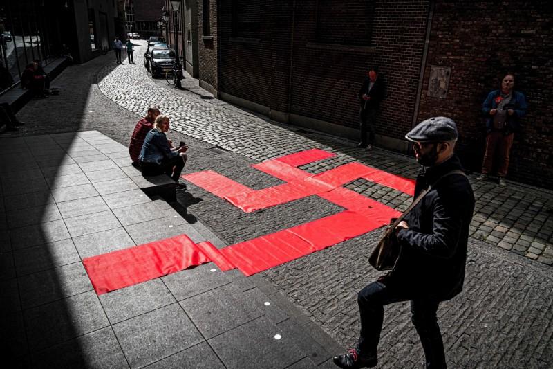 舉辦《第三帝國設計》展覽的博物館門前,擺有納粹符號的圖案。(歐新社)