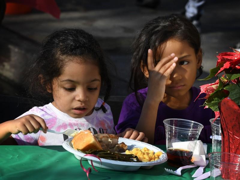 美國密蘇里州6個小孩的媽媽安德森(Champale Anderson),5年來持續提供食物餵飽數百名貧困兒童的肚子。美國貧困兒童示意圖。(法新社)