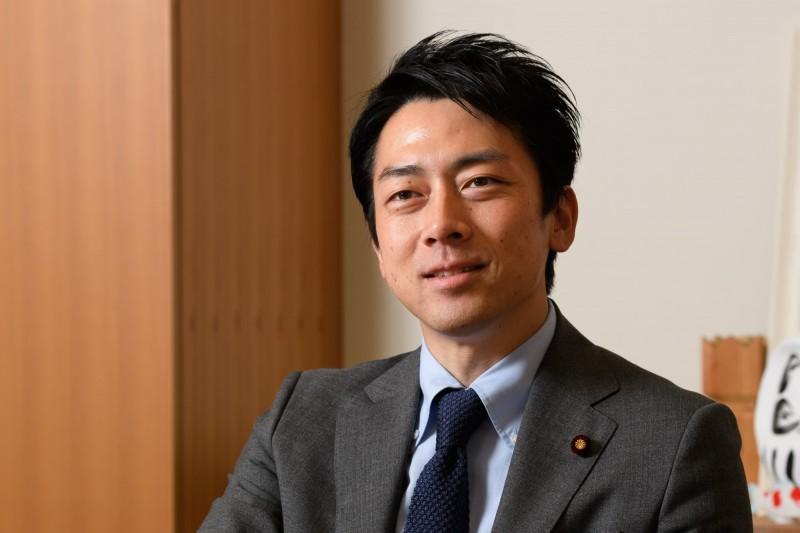 日本內閣11日改組,據悉,安倍已敲定讓上月閃婚的38歲自民黨眾議員小泉進次郎首次入閣。(彭博)
