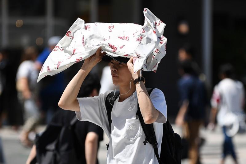 日本天氣炎熱,東京15名中學生中暑後6人送醫治療,滋賀縣草津市也有10名小學生就醫。(法新社)