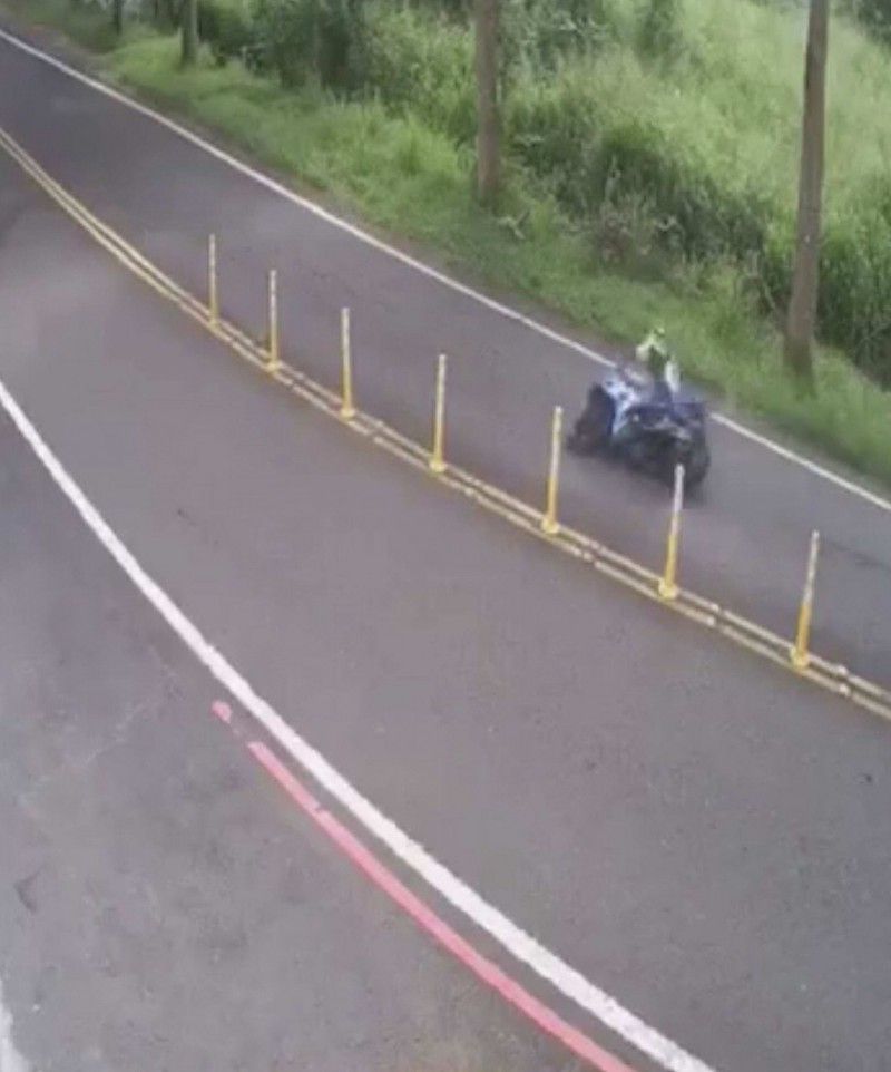 1輛重型機車經八卦山139線大彰路20K處突然失控衝往對向車道,重機騎士慘摔。(翻攝臉書社團《彰化139、148縣道幹譙版》)