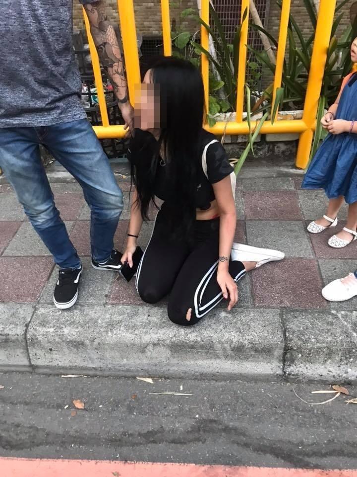 蔡女不甘被鎖車外強拉劉男行駛中車門,當下跌倒在地。(記者徐聖倫翻攝)