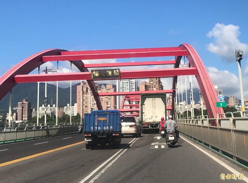 新北市八里往淡水方向的關渡大橋字牌掉了一字,變成「關渡X橋」。(記者陳心瑜攝)