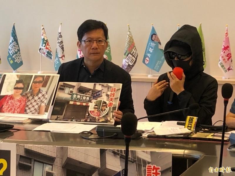 受害民眾在立委張廖萬堅陪同下指控許婦詐騙。(記者蔡淑媛攝)
