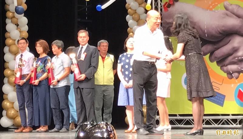 市長韓國瑜今天頒獎表揚資深暨特殊優良教師。(記者洪臣宏攝)